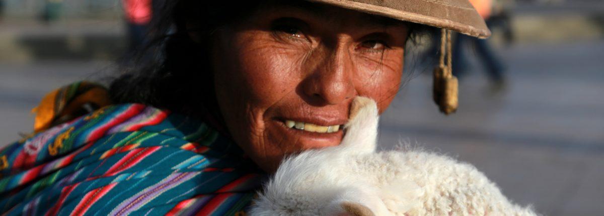 Frau mit Lama Baby