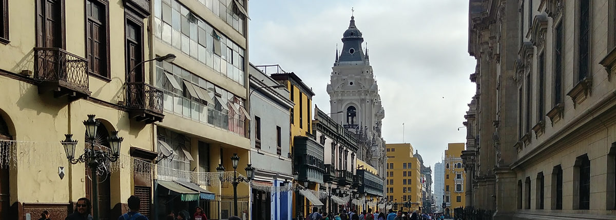 Camino a la Plaza de Armas de Lima.